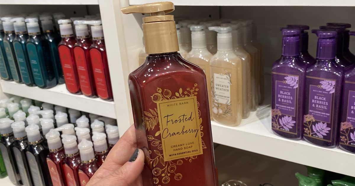 tangan yang memegang sabun tangan di toko