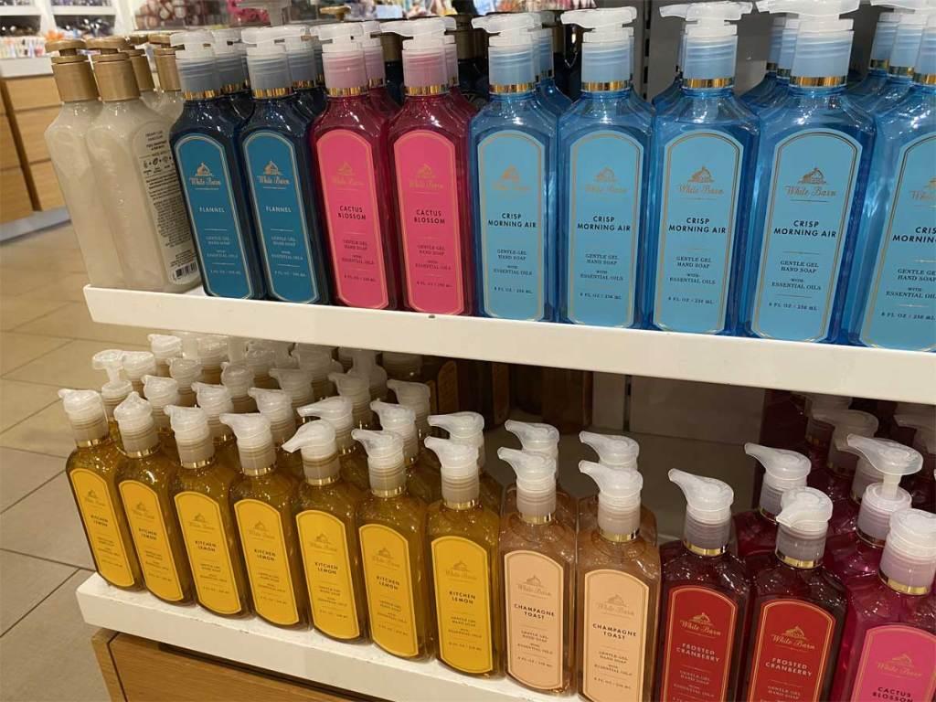 sabun tangan di rak di toko