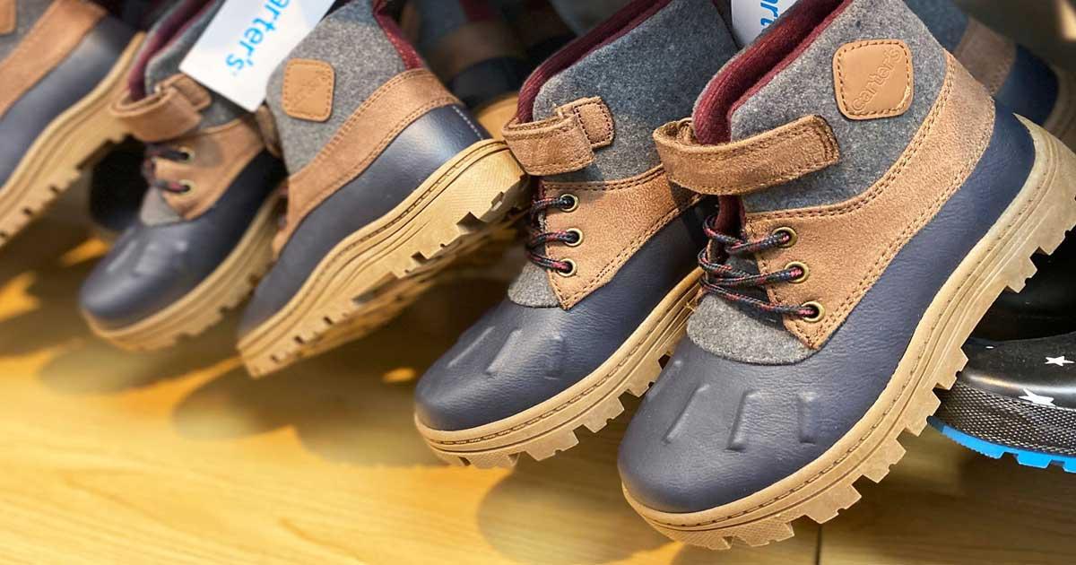 sepatu bot anak laki-laki yang dipajang di toko