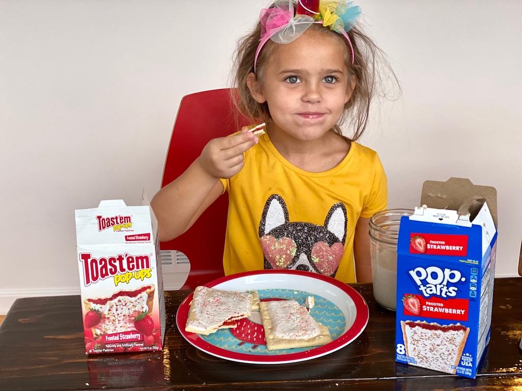 gadis kecil mencicipi makanan Pohon Dolar
