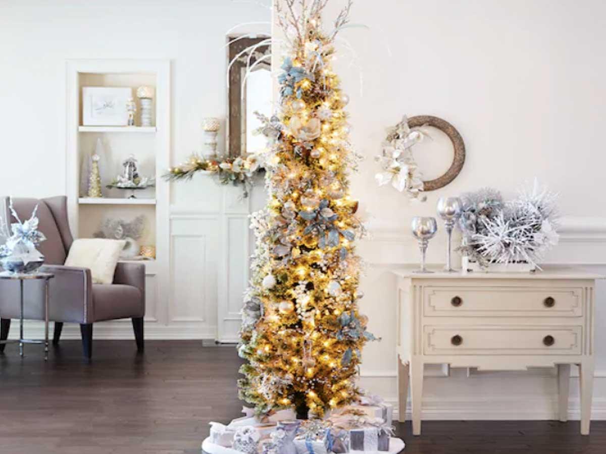 pensil pohon natal di ruang tamu