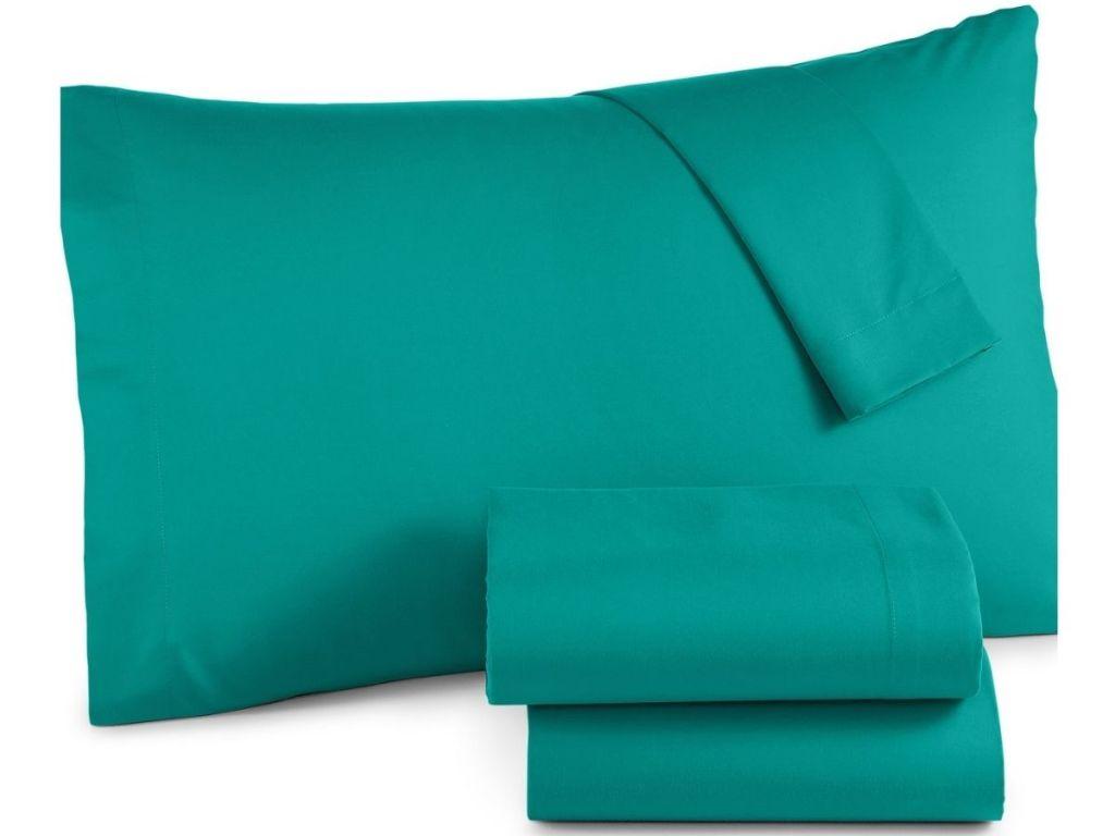 sarung bantal hijau dan seprai