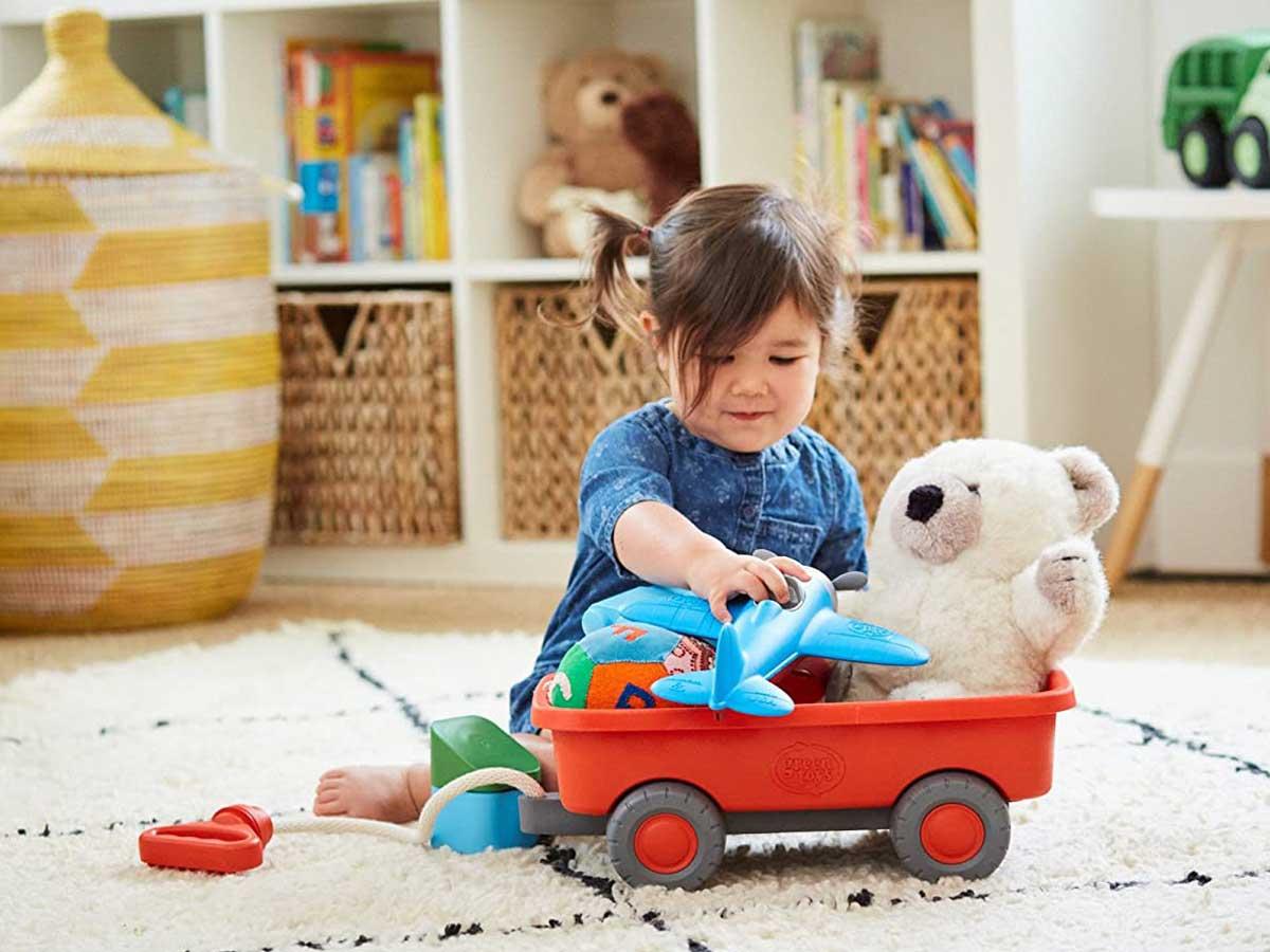 gadis bermain dengan mainan di gerobak