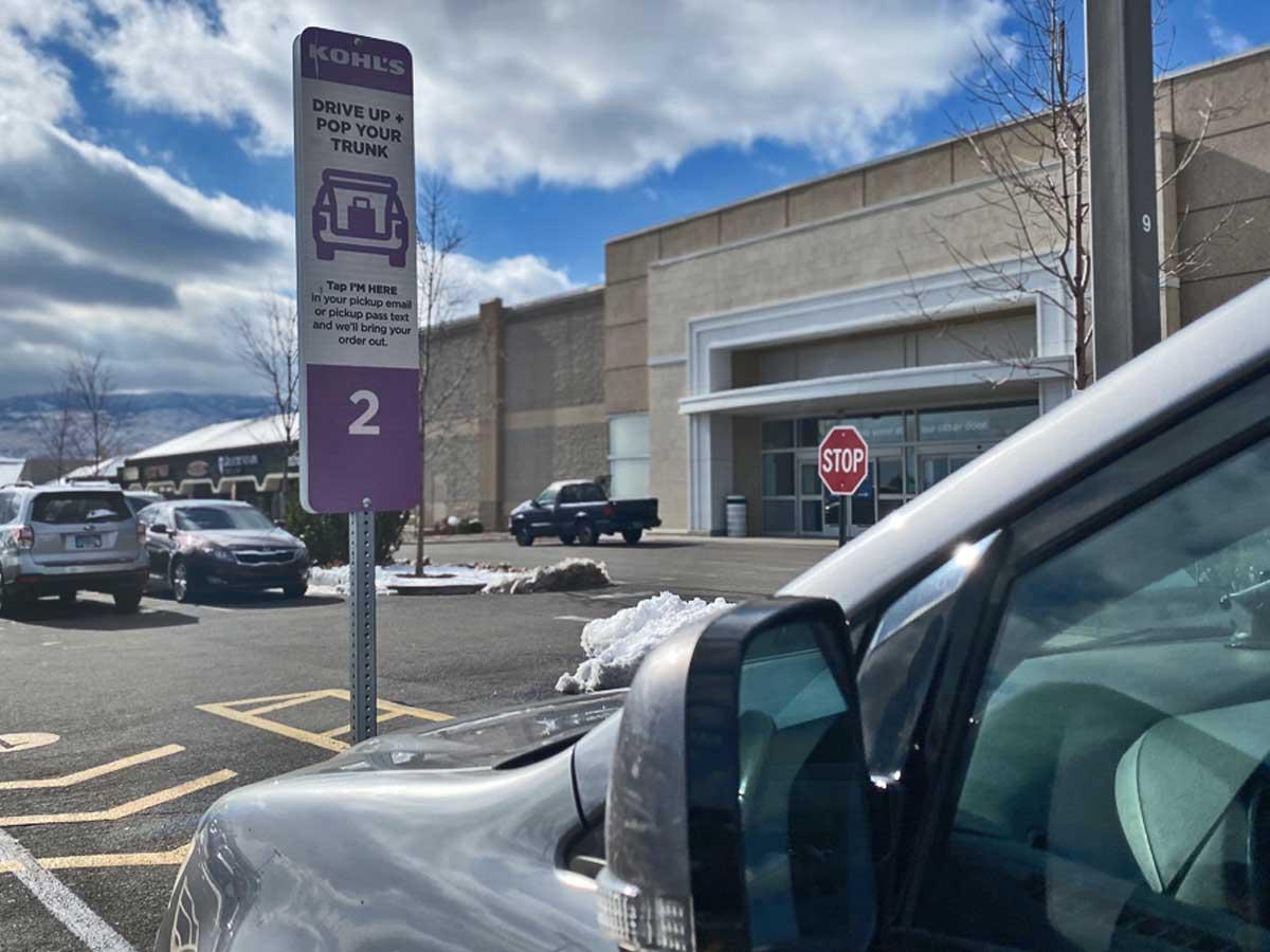 mobil ditarik ke dalam slot pickup pinggir jalan kohl di depan toko