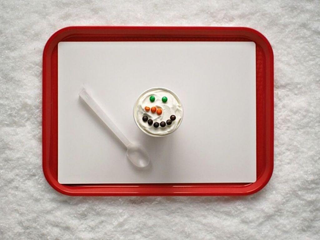 mcflurry dengan permen membuat wajah manusia salju di atas nampan dengan sendok