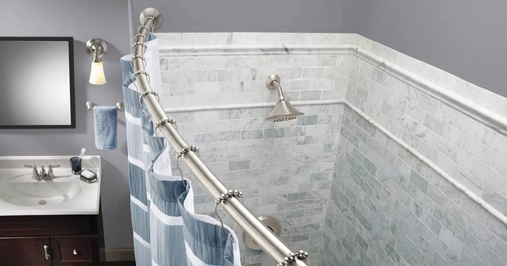 moen batang tirai melengkung di kamar mandi