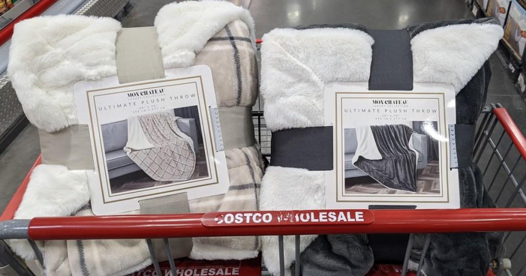 2 selimut di dalam keranjang belanjaan di toko