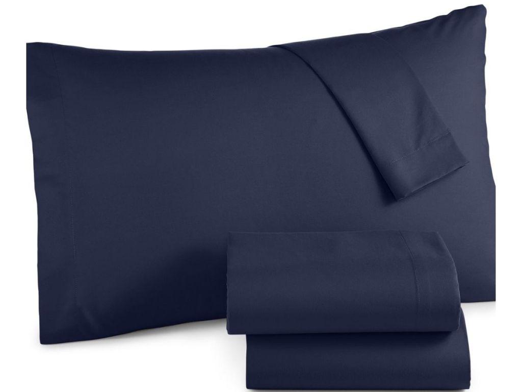 sarung bantal dan seprai biru tua