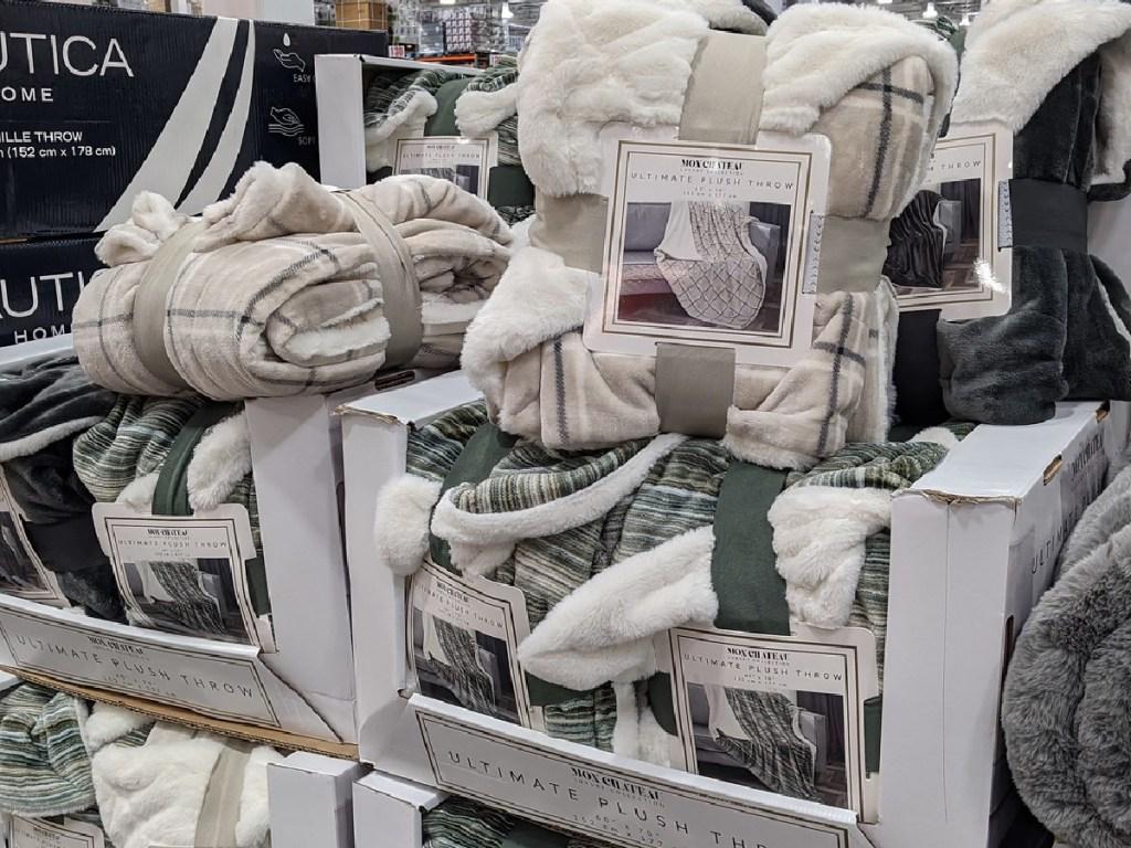 selimut ditumpuk di toko