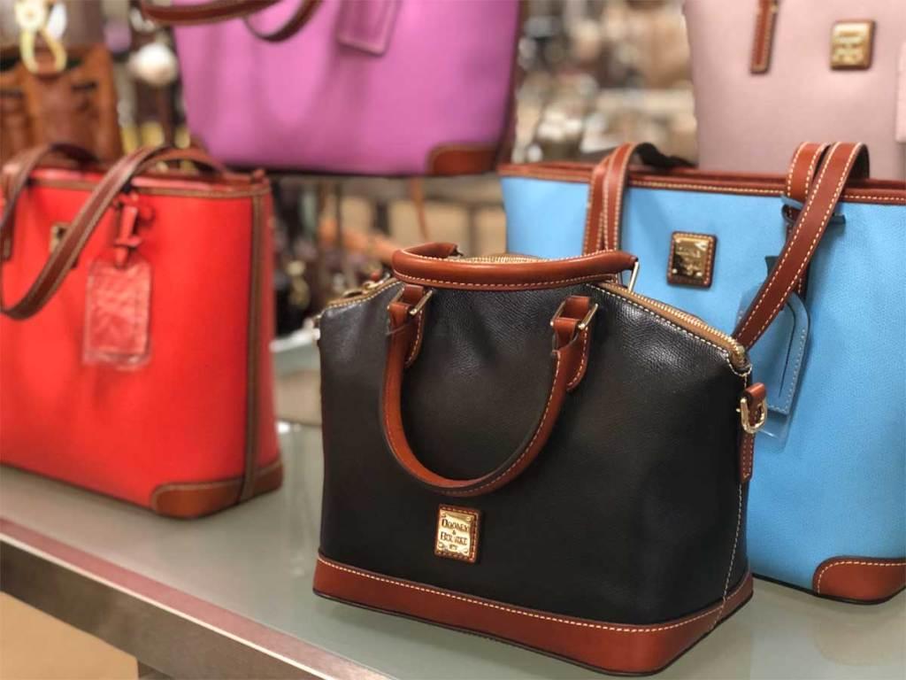 Nama tas tas merek yang dipajang di toko