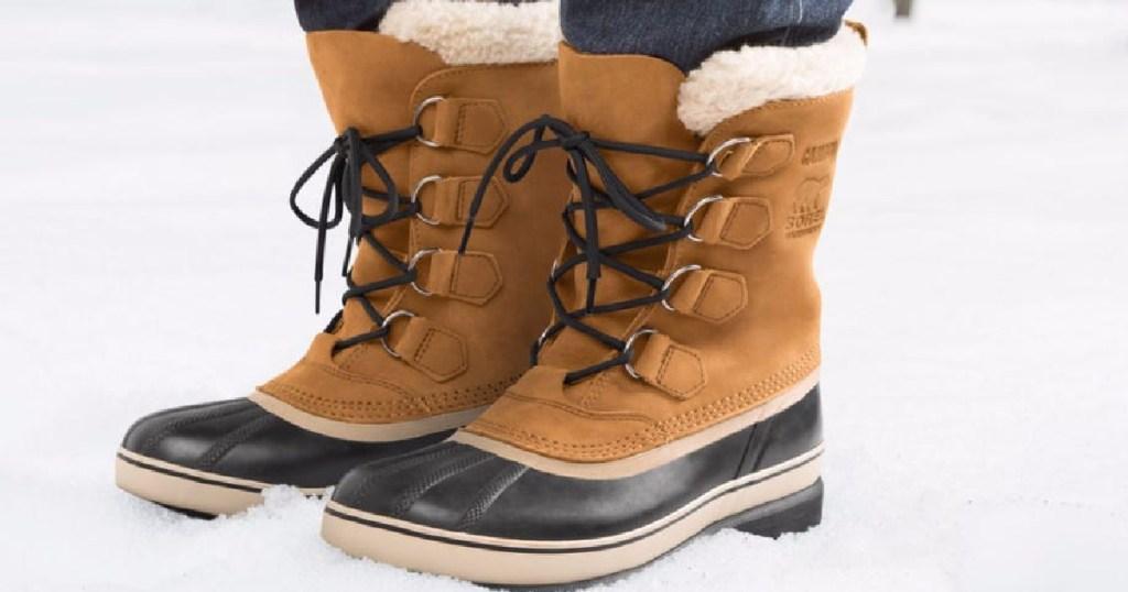 sepatu bot sorel di salju