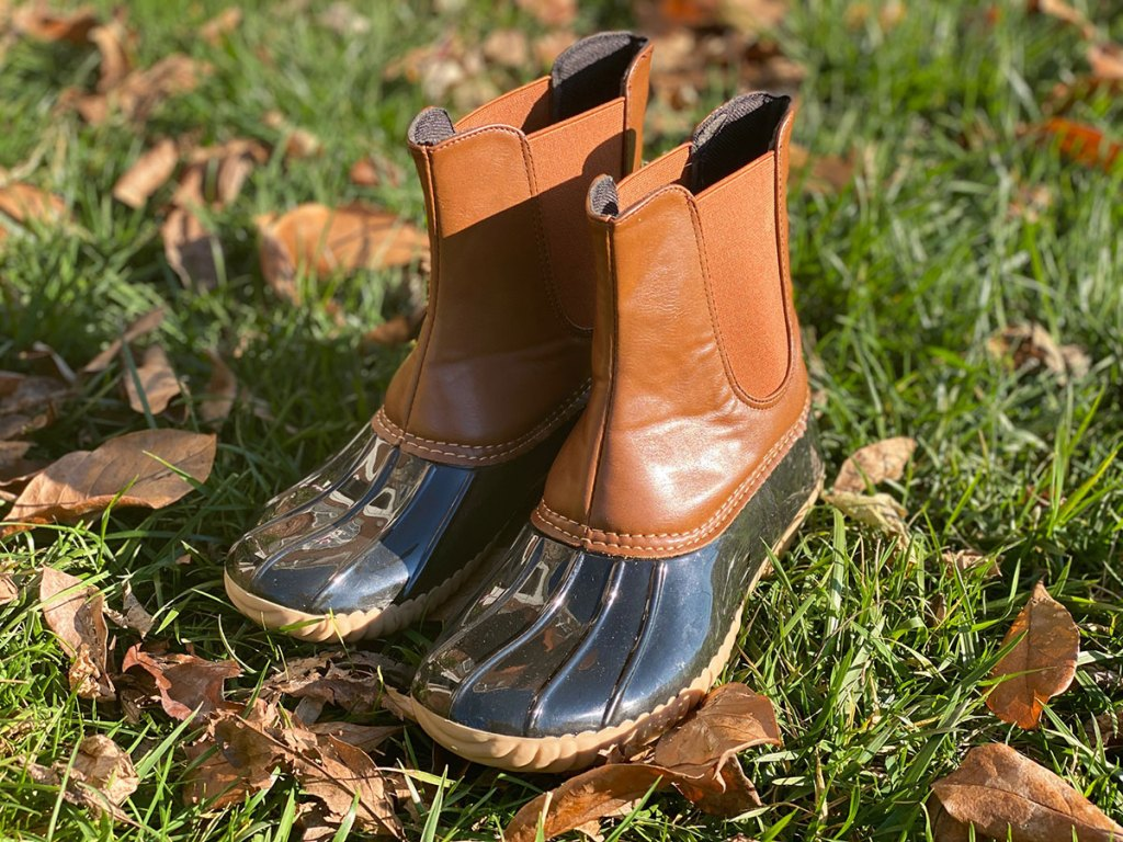 tiosebon duck boots in grass with leaves