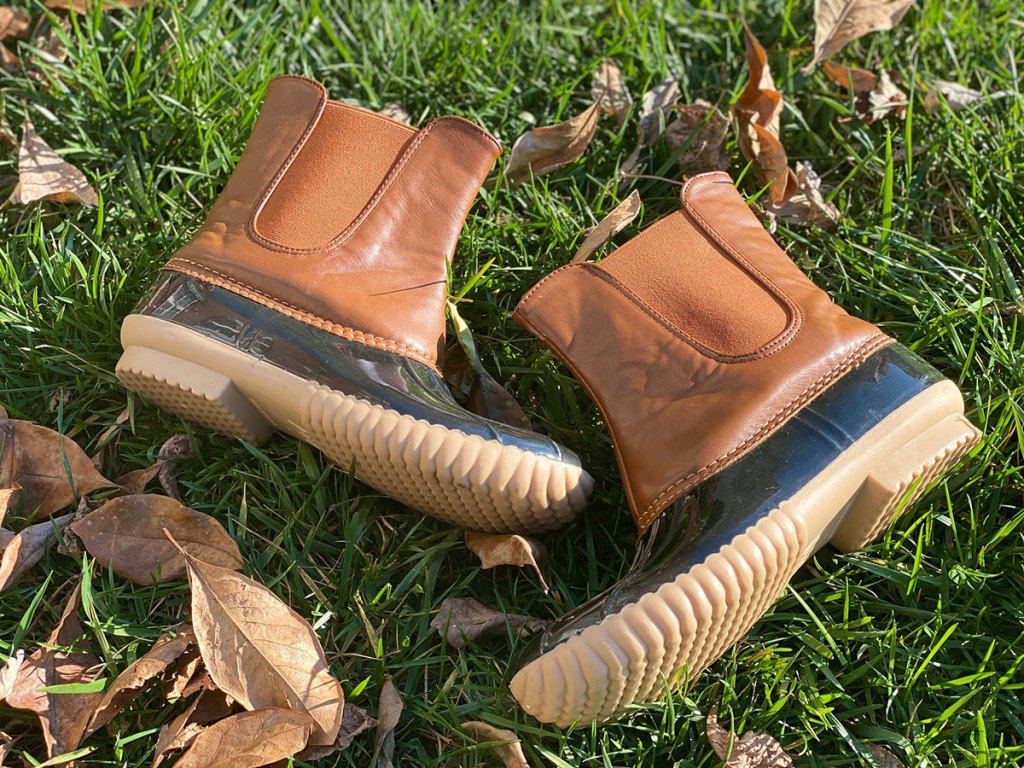 tiosebon duck boots in grass