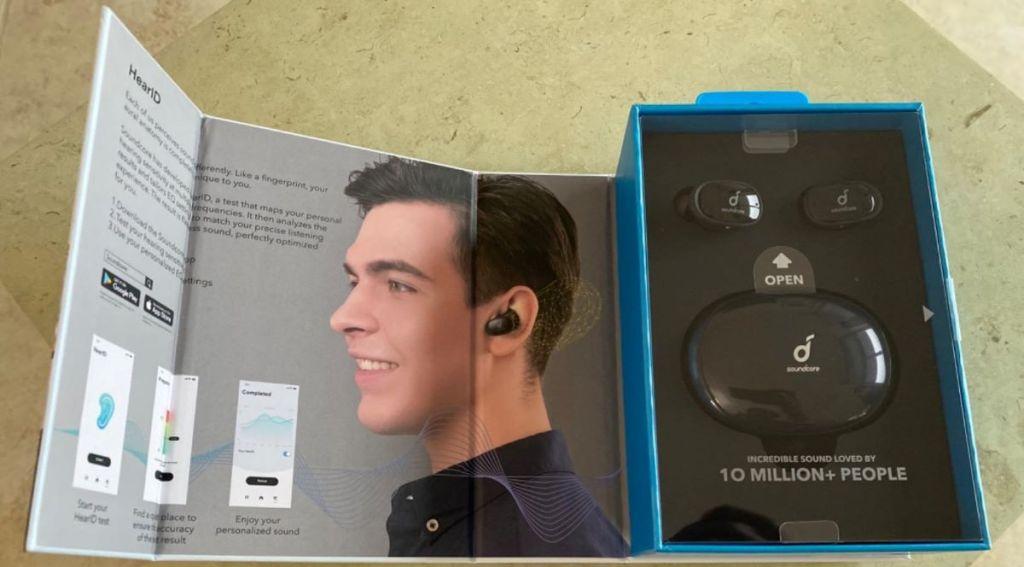 kotak dengan headphone di dalamnya