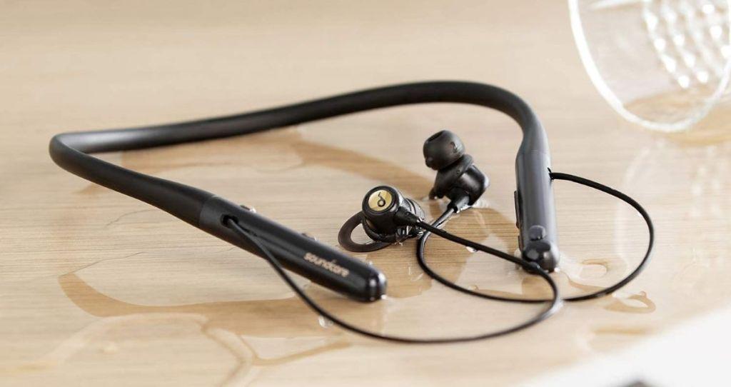 headphone duduk di atas meja