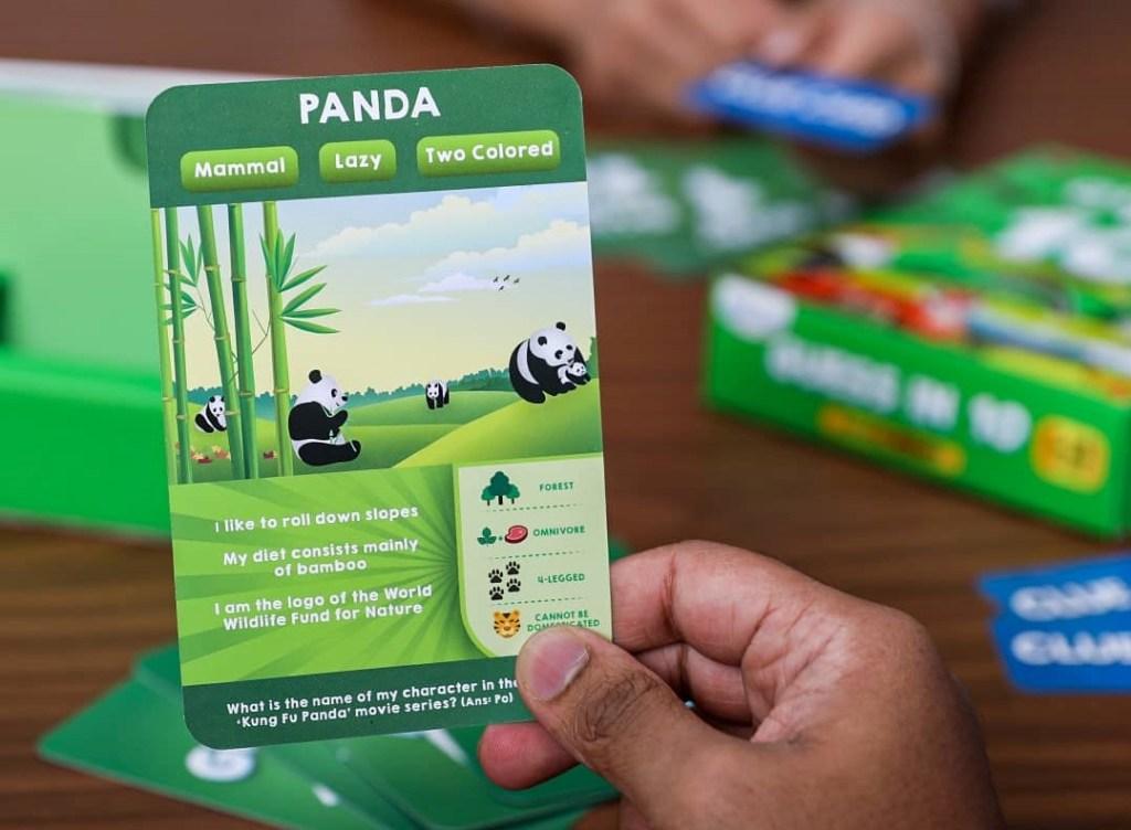 tangan memegang kartu Guess in 10 Animals