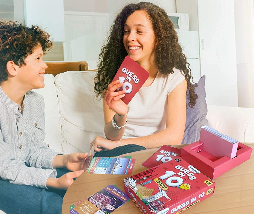 anak-anak memainkan game Guess in 10 Cities