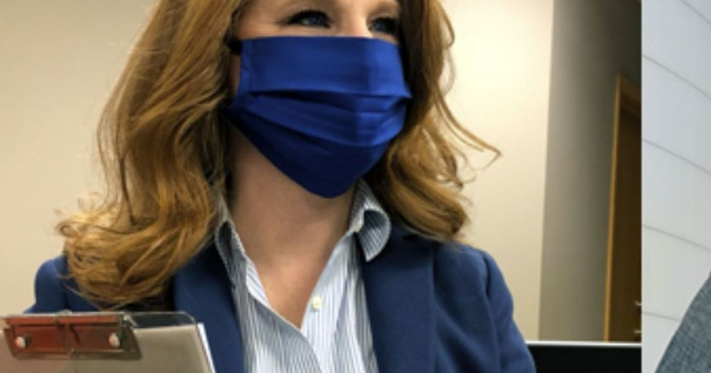 Wanita yang memakai masker wajah ujung tanah