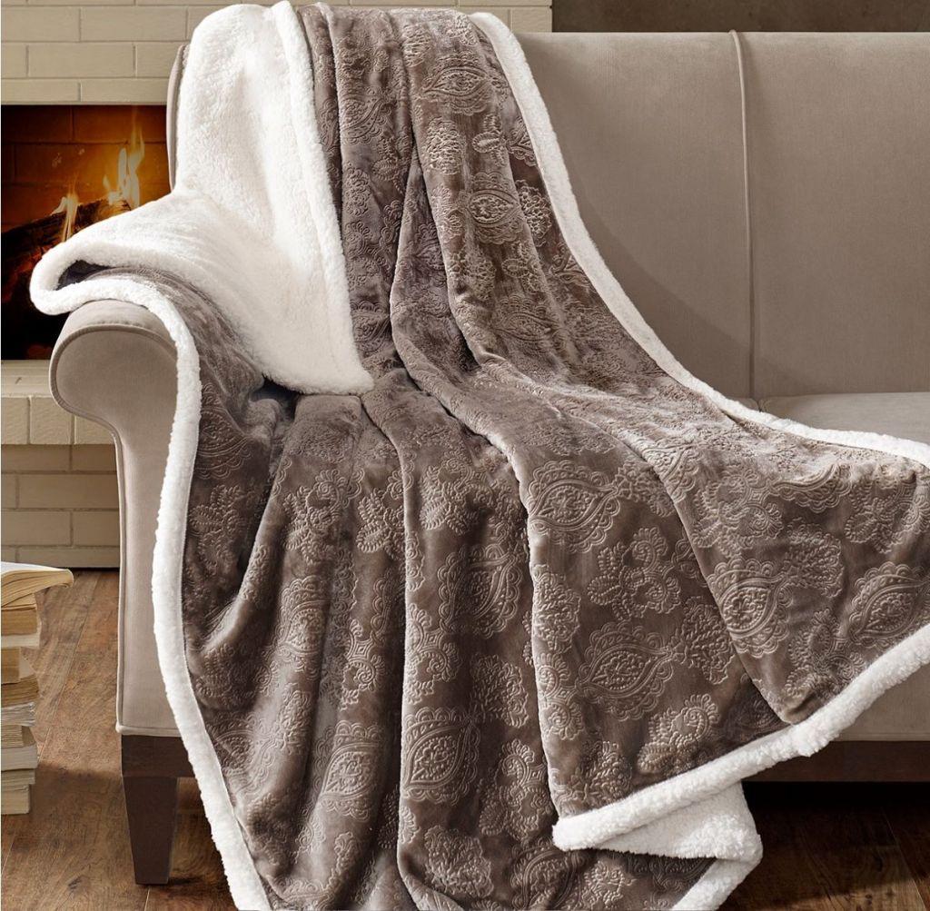melempar selimut ke sofa