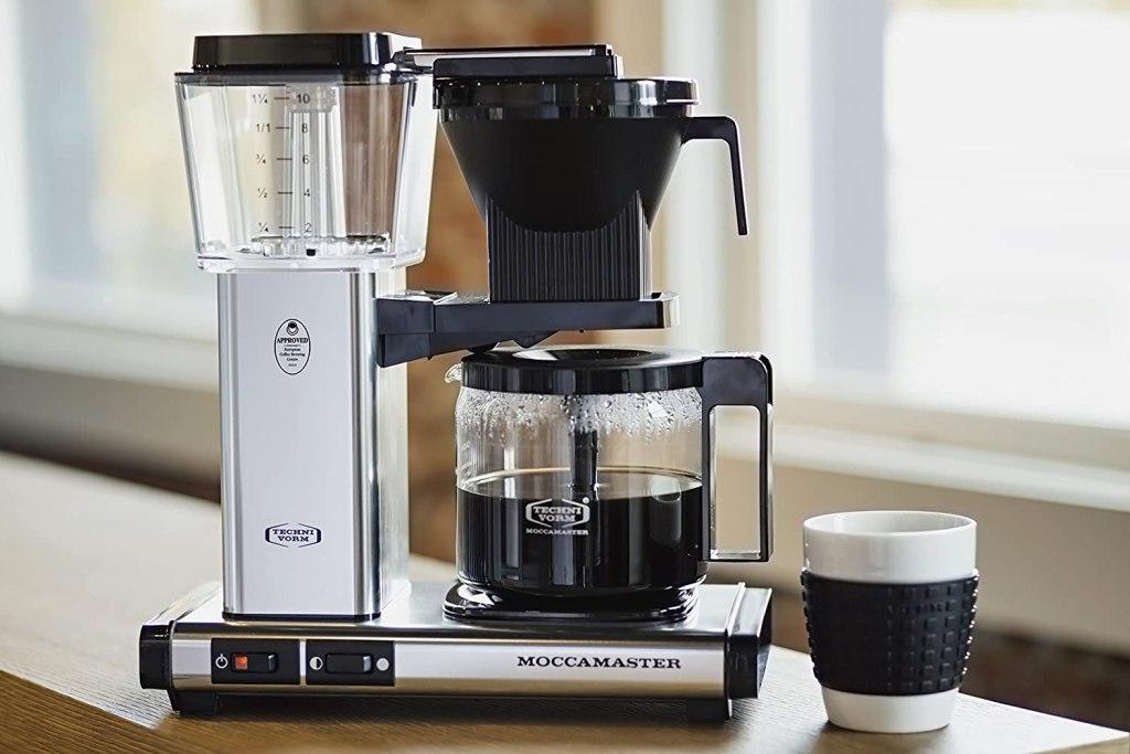 Pembuat kopi moccamaster di konter