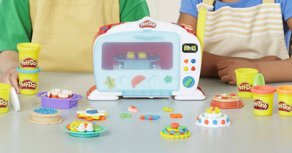 Anak-anak bermain dengan Play-Doh Kitchen Creations Magical Oven