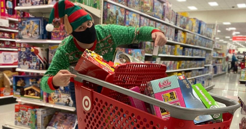 pria dengan gerobak Target penuh mainan