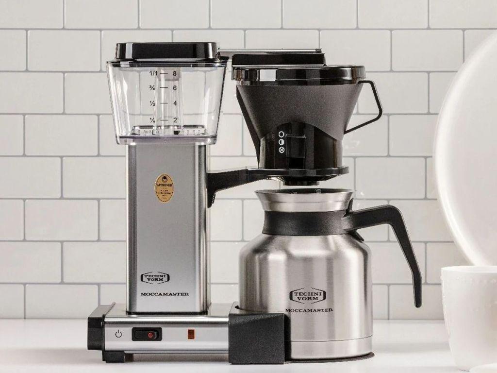 Technivorm Moccamaster 79212 KBTS Coffee Brewer, 32 oz, Perak Dipoles di meja