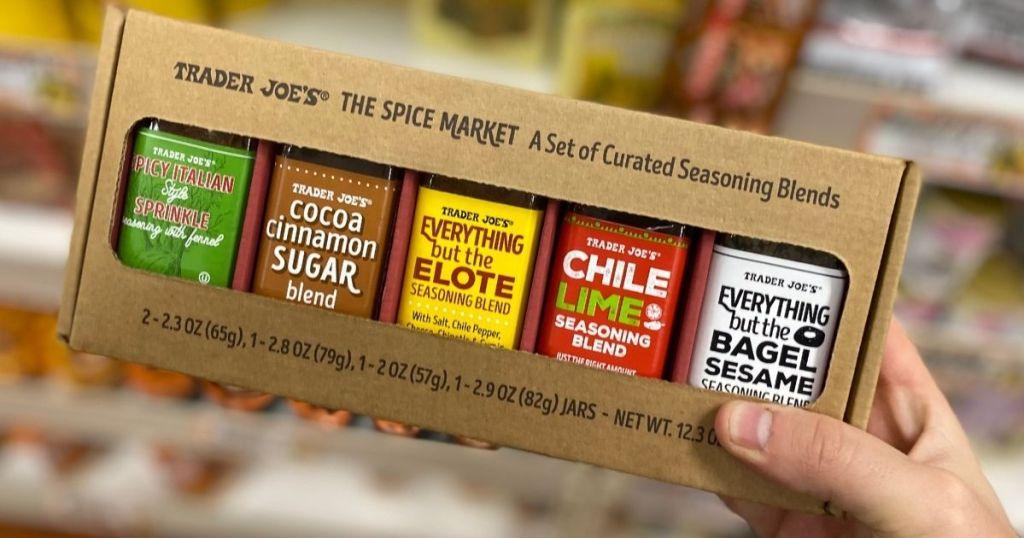 memegang tangan Trader Joe's The Spice Market Gift Box