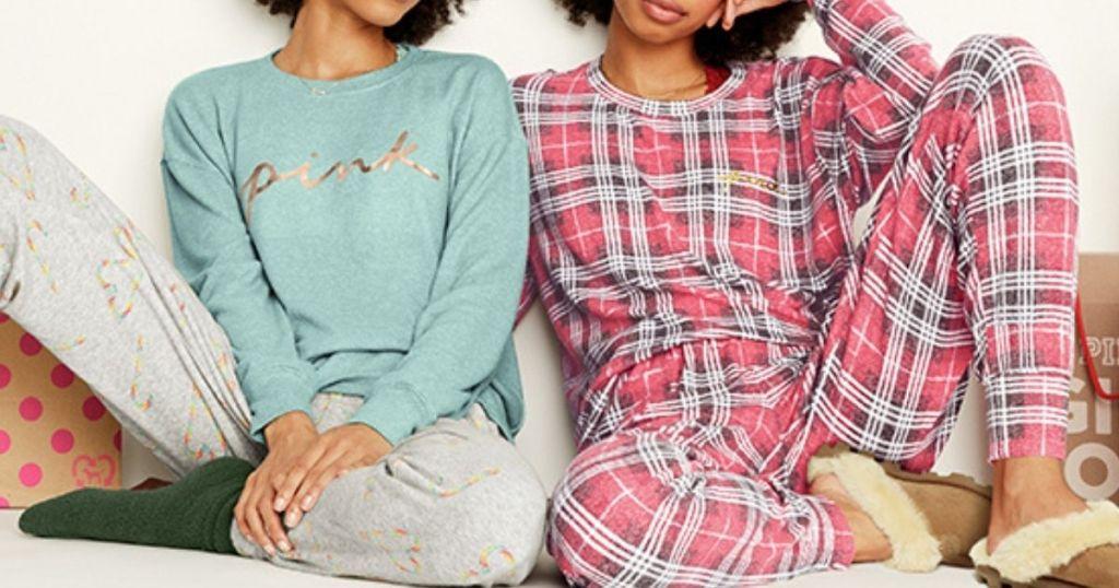 Dua wanita mengenakan pakaian tidur Victoria's Secret PINK