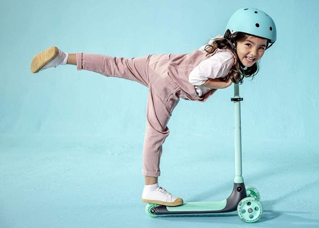 gadis mengendarai skuter