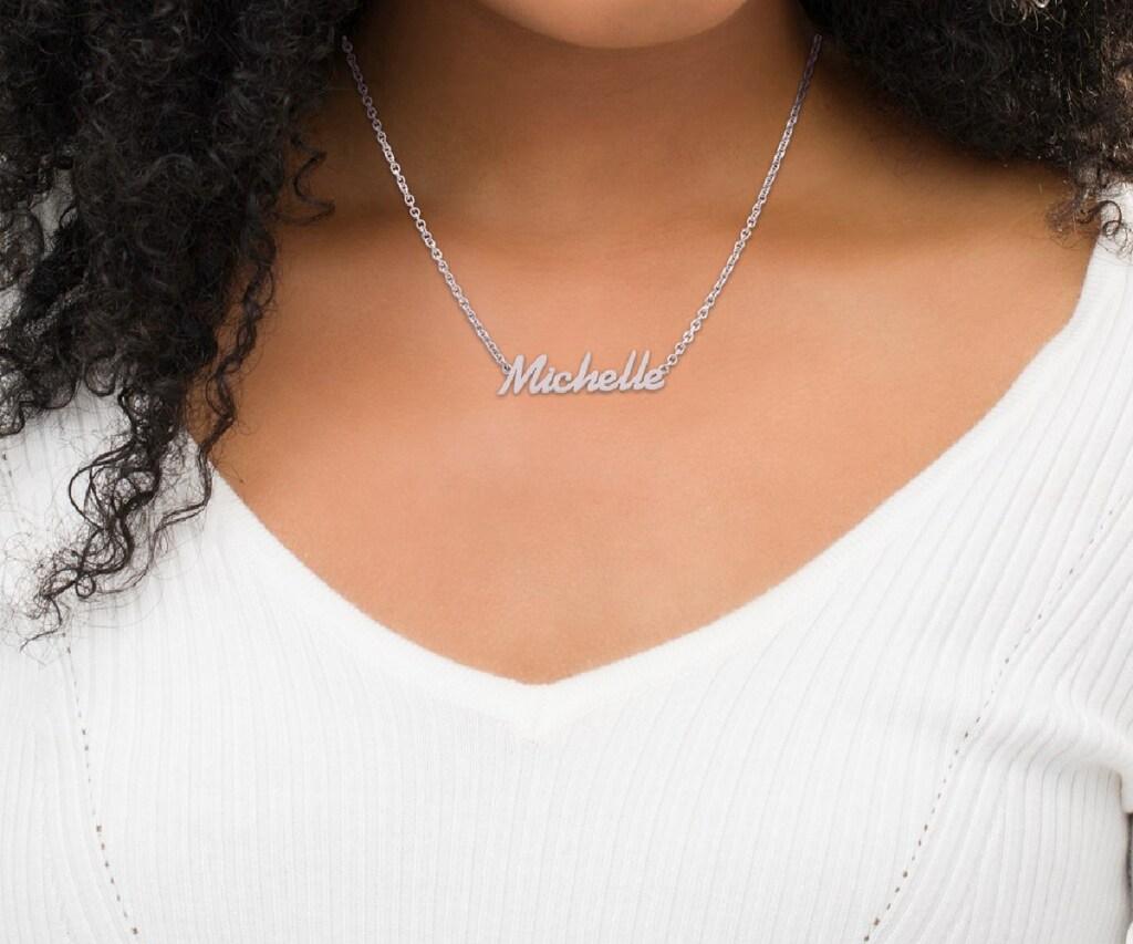 wanita yang memakai kalung nama