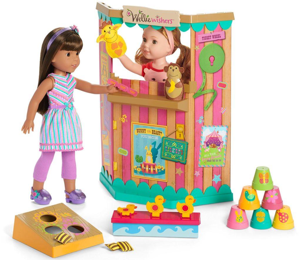permainan karnaval gadis Amerika dengan boneka