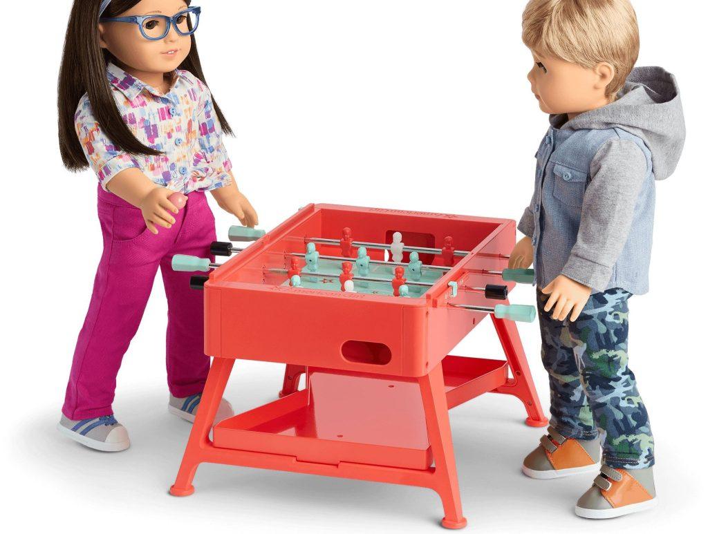 meja permainan gadis Amerika dengan boneka bermain