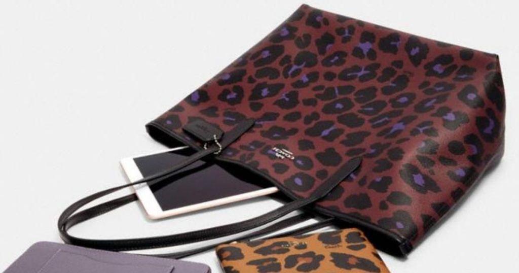 tas pelatih leopard dengan ipad di dalamnya