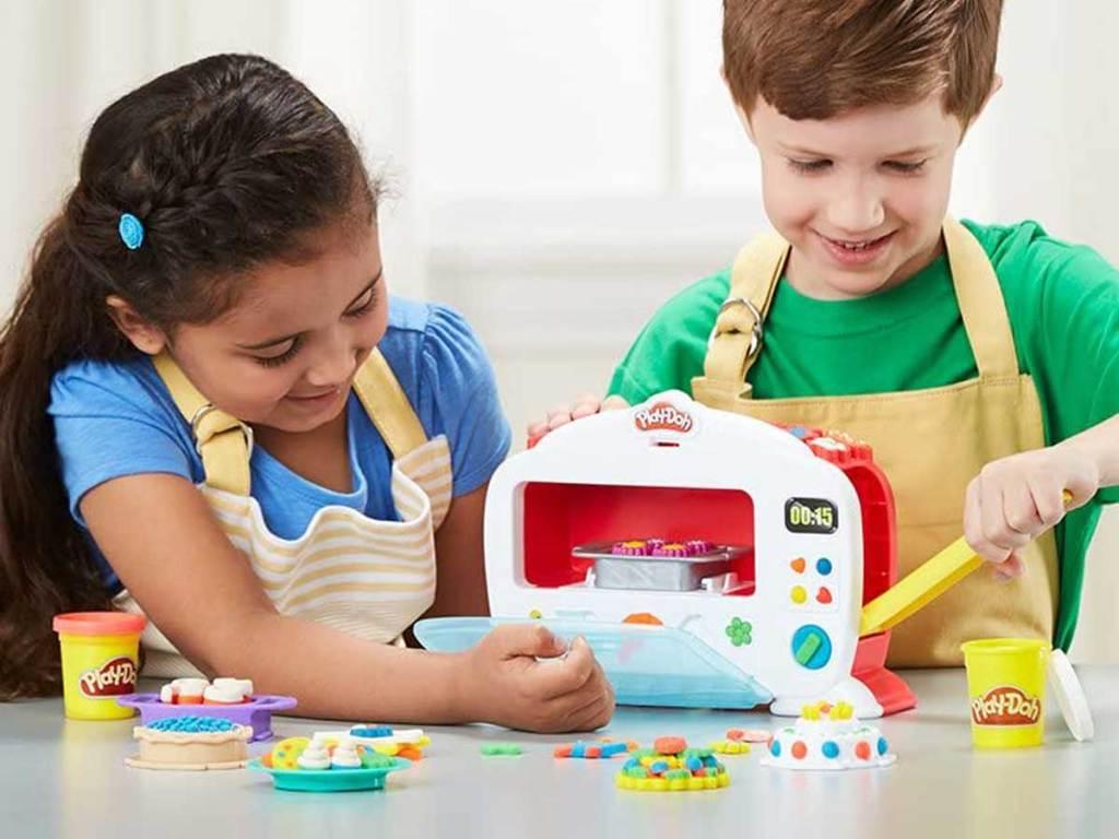 perempuan dan laki-laki bermain dengan oven mainan