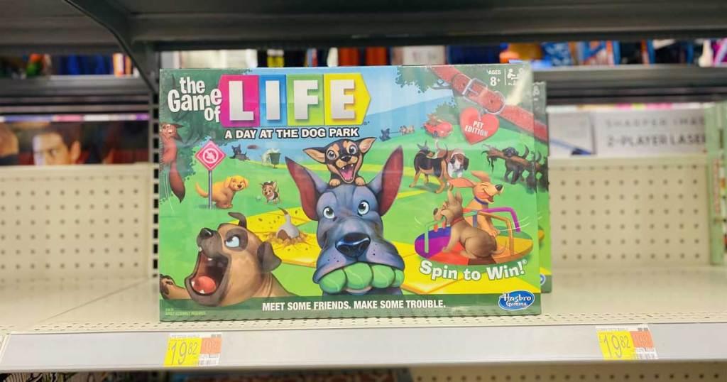 tangan memegang permainan papan dengan anjing di atasnya