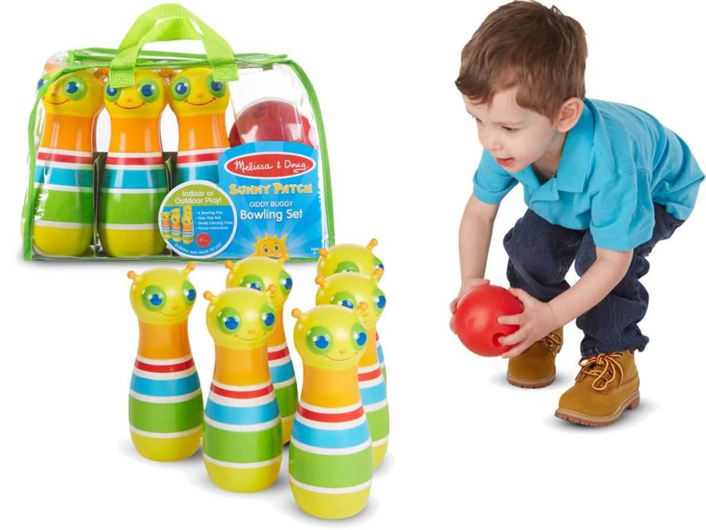 anak kecil bermain bowling dengan pin dan bola