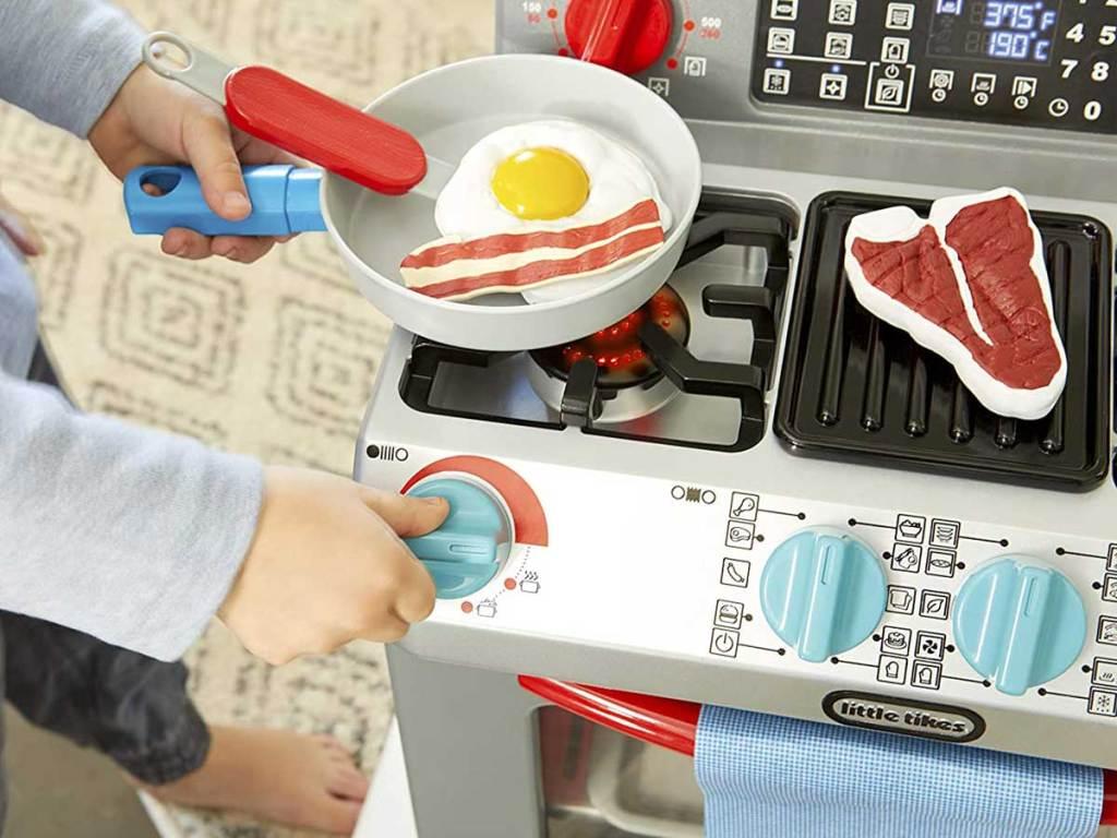 wajan mainan kecil dengan bacon dan telur