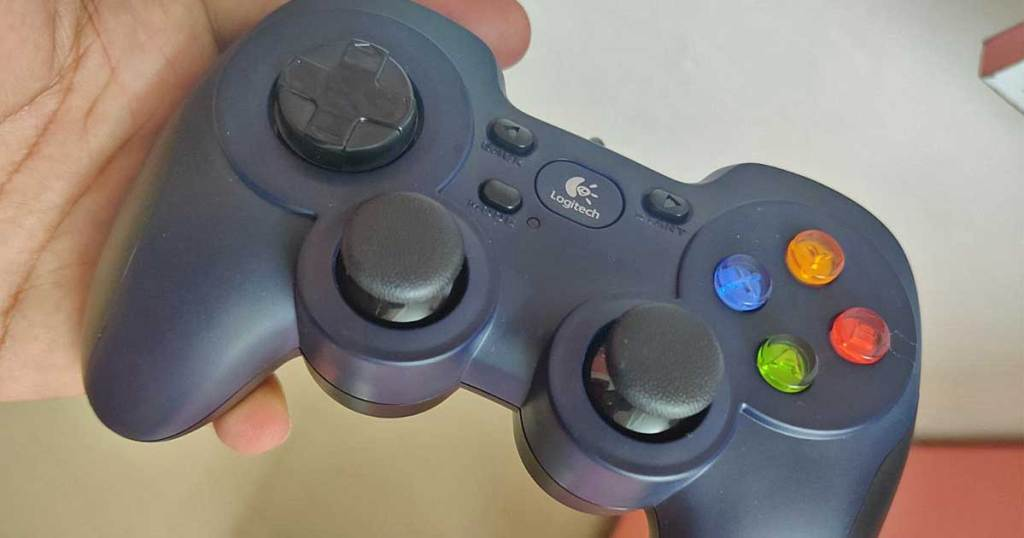 hand holding a video game controller