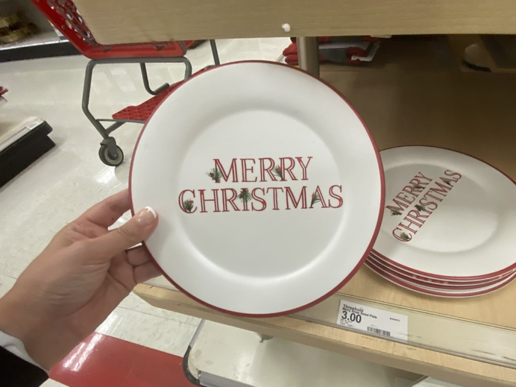 memegang piring makan Natal