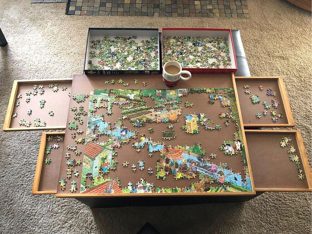 meja puzzle kayu dengan potongan puzzle dan cangkir kopi