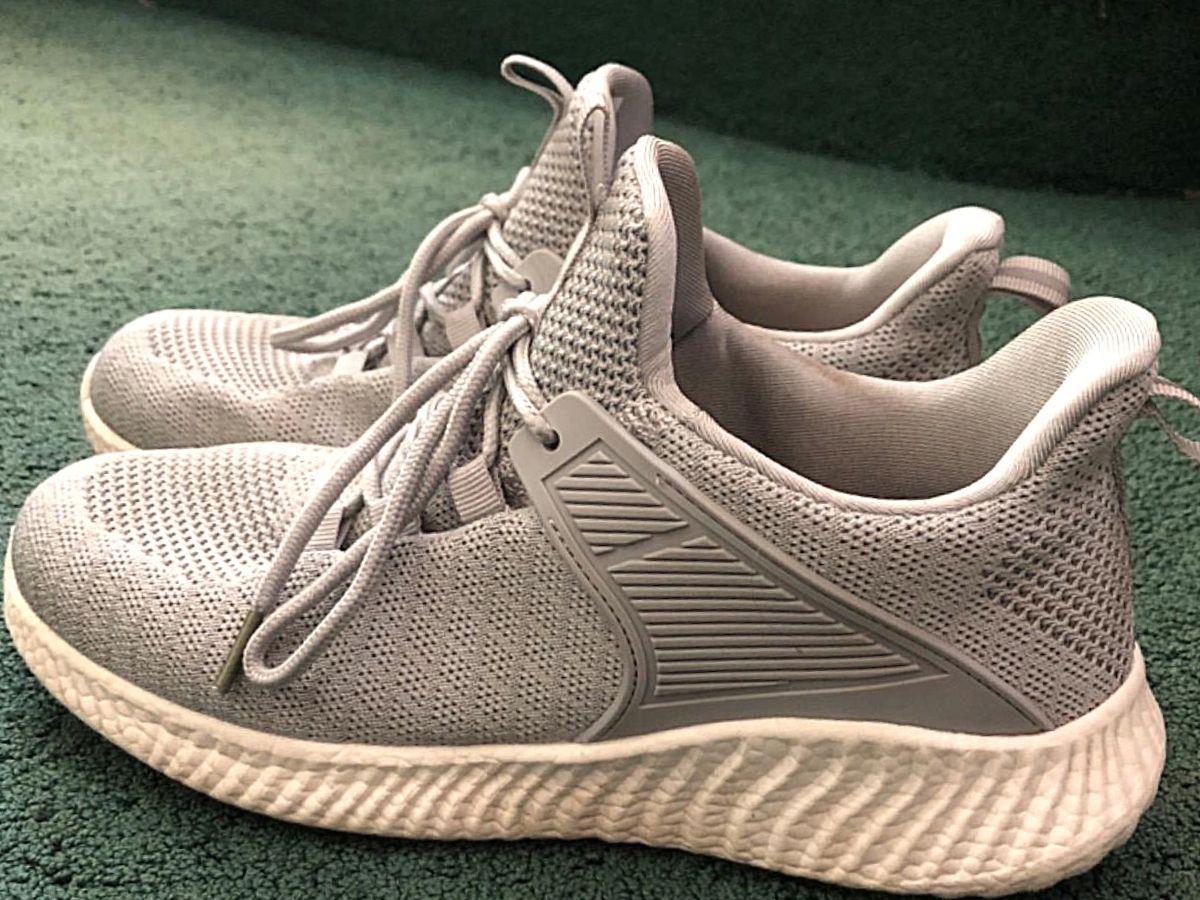 sepatu lari abu-abu dengan sol putih