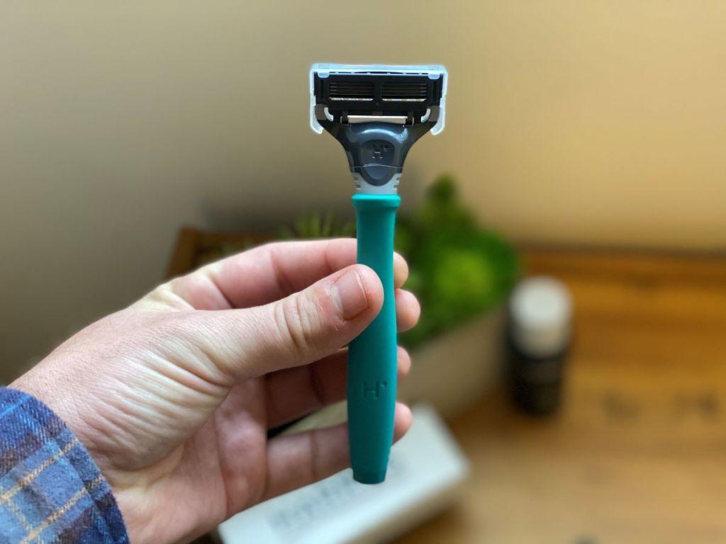 hand holding a razor