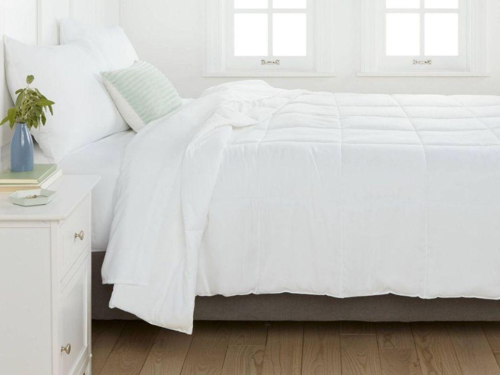 Room Essentials Down Alternative Comforter