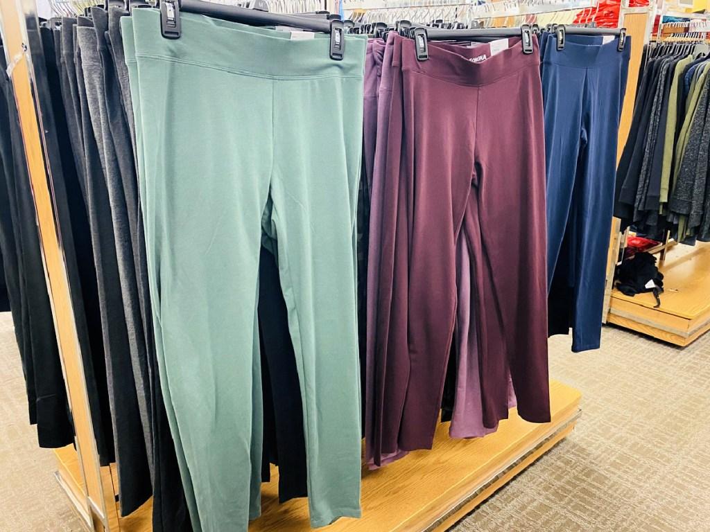 sonoma goods for life midrise leggings on rack in kohl's