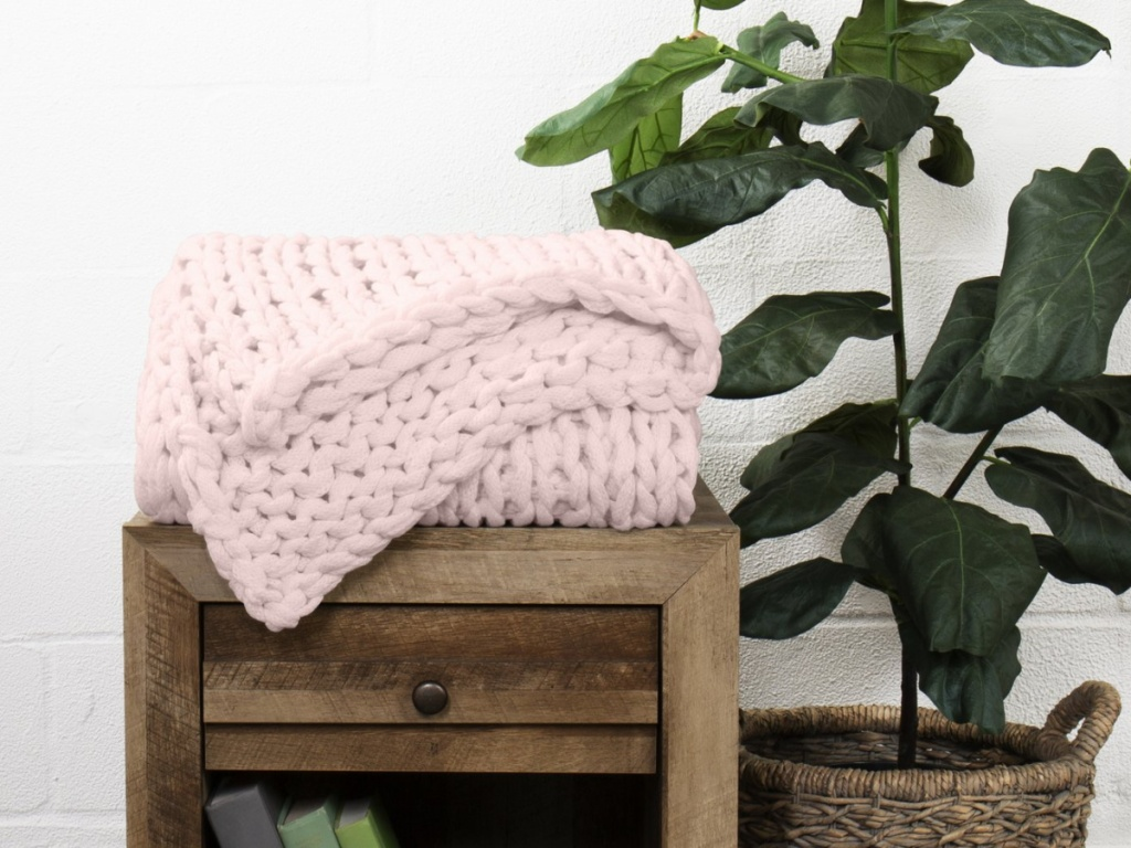 Chunky Knit Throw Blanket in blush