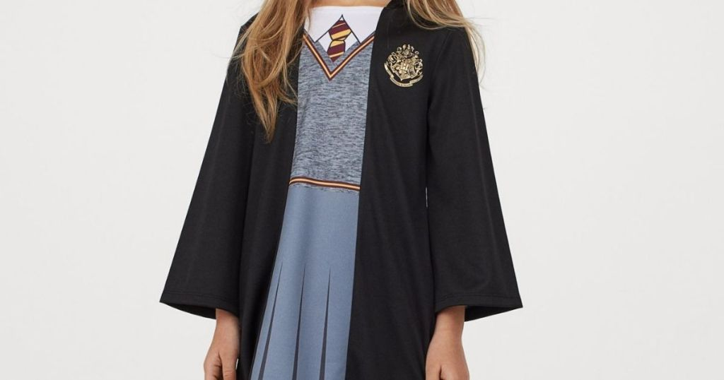 girl wearing a Hermione costume