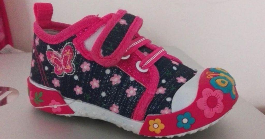 one single girls sneaker