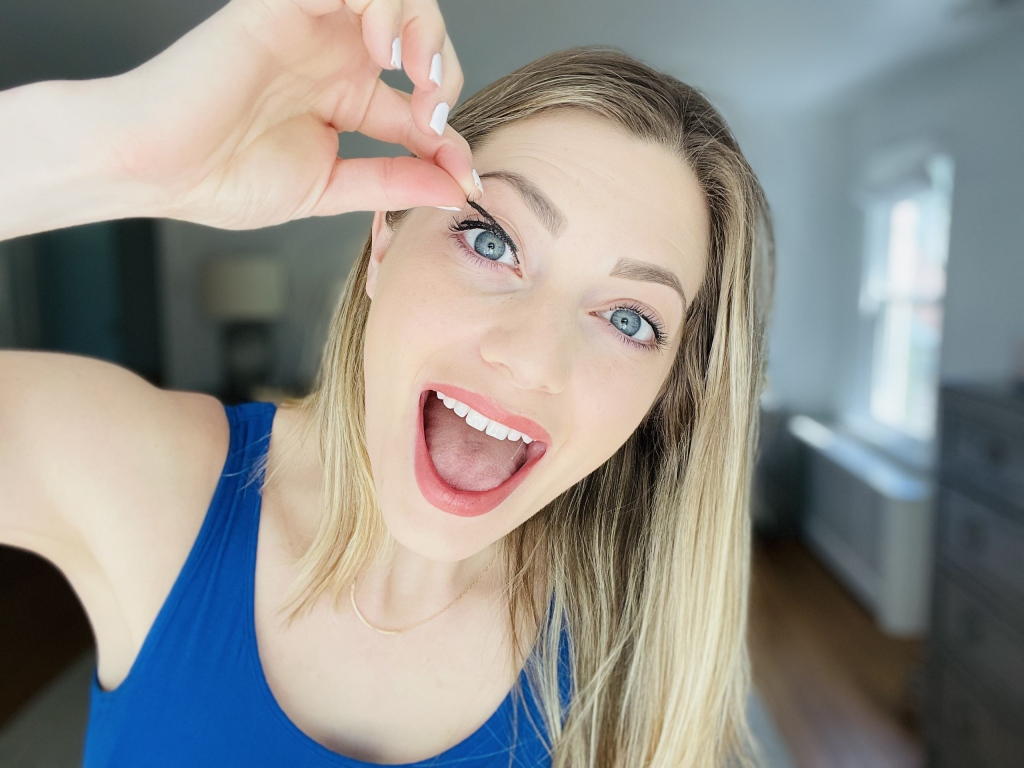 woman putting on magnetic eyelash