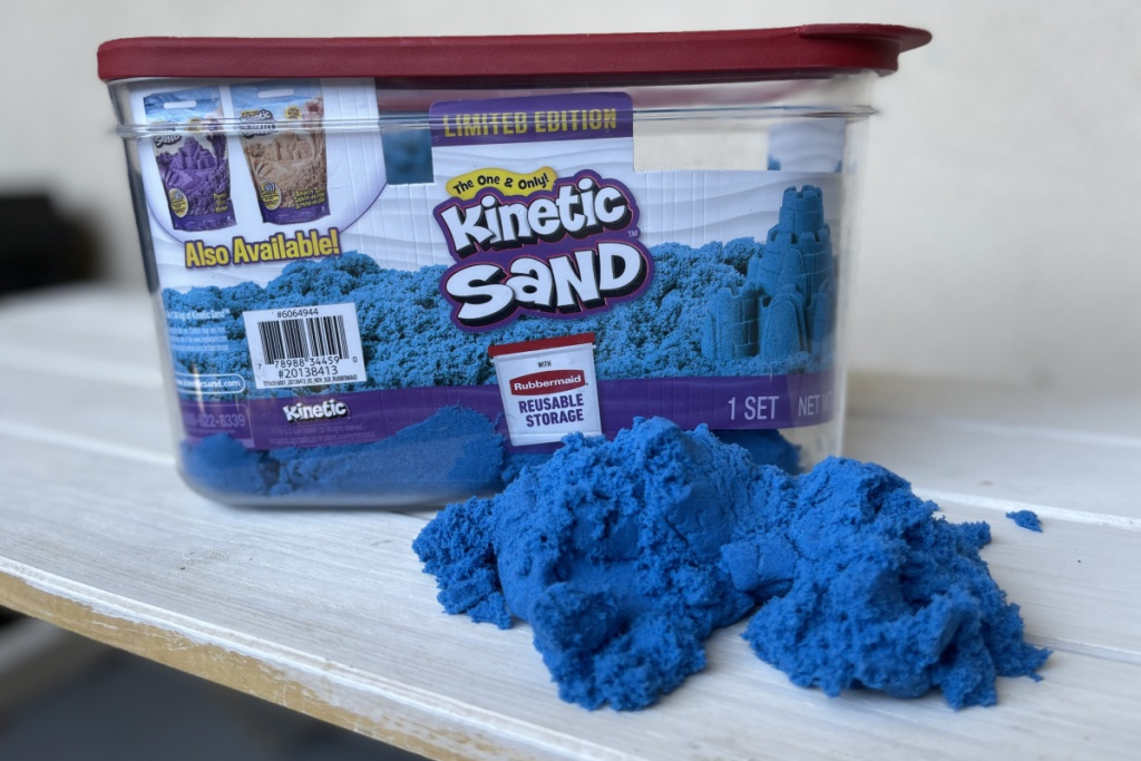 kinetic sand in rubbermaid container
